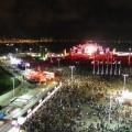 Die Cidade do Rock mit der Hauptbühne. Im Hintergrund der See und ein angrenzendes Stadtviertel