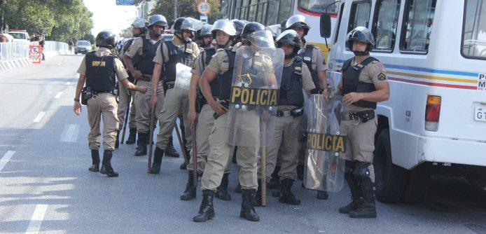 Polizisten bereiten sich in der Nähe des Mineirão auf die Ankunft der Demonstranten vor