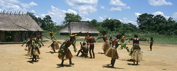 Das Bild zeigt einen Tanz der Calapálo Indios zum Erntedankfest. (Foto: Klaus D. Günther)