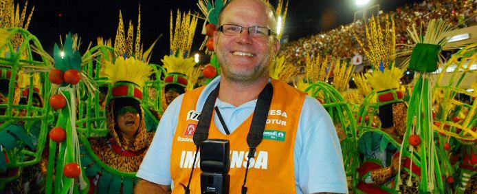 BrasilienPortal-Redakteur und Fotojournalist Dietmar Lang im Einsatz beim Karneval von Rio de Janeiro im Sambódromo