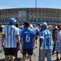 Argentinier und Brasilianer verbrüdern sich nach ihrer Ankunft im Stadion von Brasília