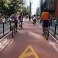 Tausende Menschen feiern Einweihung neuen Radweges an wichtigster Straße São Paulos