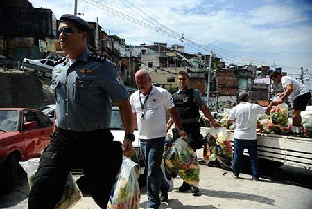 Moradores do Complexo do Alemão recebem doações do Banco de Alimentos da Ceasa, em cerca de 200 sacas com 8 kg contendo frutas, legumes e verduras . Foto: Fernando Frazão/ Agência Brasil