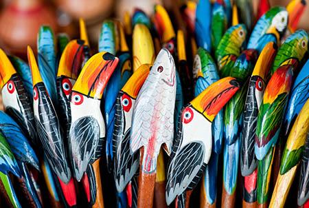 """Centro de artesanato de RondÙnia. PeÁas trabalhadas em sementes de aÁaÌ e jarina, feitas em madeira, palha e argila, s""""o encontradas em boas lojas da cidade, como a Artes Brasil, a Casa do Artesanato, a Cooperativa AÁaÌ e a Soho da Tribu. Porto Velho (RO). Foto: David Rego Jr. *** Local Caption *** * Prazo indeterminado"""