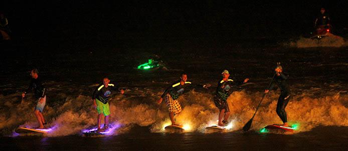 As pranchas estavam cobertas de LEDs e o Mirante do Barriga – de onde o fenômeno pode ser visto – iluminado para a espera da onda. FOTO: SIDNEY OLIVEIRA / AG. PARÁ DATA: 22.03.2015 SÃO DOMINGOS DO CAPIM - PARÁ