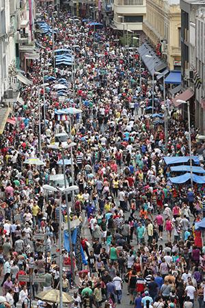 São Paulo- SP, Movimento de consumidores na região da rua 25 de março, tradicional centro do comercio popular da cidade, na véspera do natal.