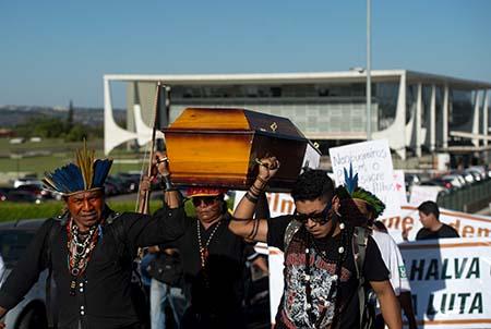 Lideranças indígenas de seis povos (Guarani-kaiowá, Terena, Munduruku, Baré, kambeba e Baniwa) realizam ato em protesto ao assassinato do líder Guarani-Kaiowá, Semião Vilhalva (Marcelo Camargo/Agência Brasil)