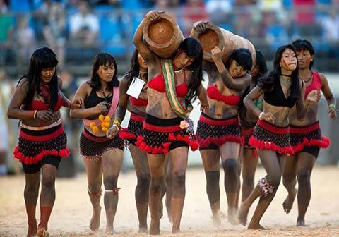 Palmas - Índias da etnia Gavião apresentam a corrida de tora no quinto dia de competições nos  Jogos Mundiais dos Povos Indígenas ( Marcelo Camargo/Agência Brasil)