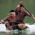 Training für den Kanu-Wettbewerb mit Einbaum
