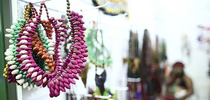 Kunsthandwerkmarkt der indigenen völker begeistert jung
