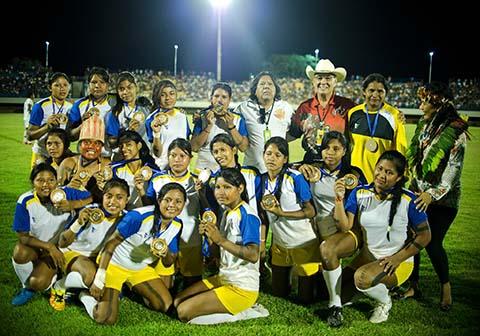 Palmas - Atletas indígenas Xerente agradecem ao público o apoio recebido após derrota para o time das canadenses em jogo final do futebol (Marcelo Camargo/Agência Brasil)