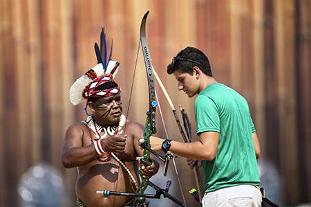 24 de Outubro de 2015 - Atleta do Tiro com arco Marcus Vinícius ao lado do indígena Timbira Pataxó .Foto: Roberto Castro/ME.