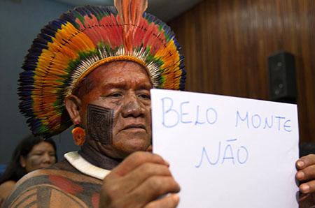 24-11-2015 - Brasília - Índios do Xingu fazem protesto durante coletiva da presidenta do Ibama, Marilene Ramos, sobre o enchimento do reservatório da Usina Hidrelétrica de Belo Monte, no Rio Xingu (Marcello Casal Jr/Agência Brasil)