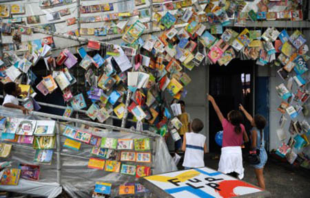 Rio de Janeiro - Crianças da comunidade escolhem livros na abertura da quarta edição da Festa Literária das Periferias (Flupp) (Tomaz Silva/Agência Brasil)