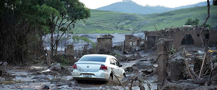 Mariana (MG) - Rompimento de duas barragens da mineradora Samarco na última quinta-feira (5). Em meio ao cenário de muita lama, barro e destruição, o que restou lembra uma cidade fantasma (Antonio Cruz/Agência Brasil)