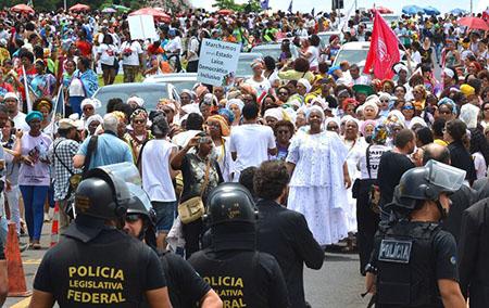 Brasília - Manifestantes acampados no gramado do Congresso Nacional entraram em confronto com integrantes da Marcha das Mulheres Negras durante passeata contra o racismo e a violência (Antonio Cruz/Agência Brasil)