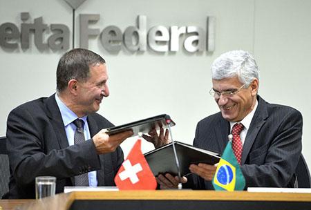 Christoph Schelling, do Departamento Federal de Finanças da Suíça e o secretário da Receita, Jorge Rachid falam sobre a assinatura de Acordo (TIEA) para a troca de informações tributárias (Wilson Dias/Agência Brasil)