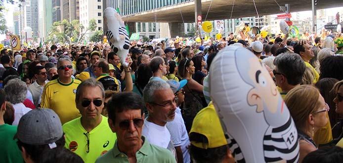 13/12/2015- São Paulo- SP, Brasil- Manisfestantes reúnem-se na avenida Paulista, em ato  contra o governo Dilma Rousseff. Foto: André Tambucci/ Fotos Públicas