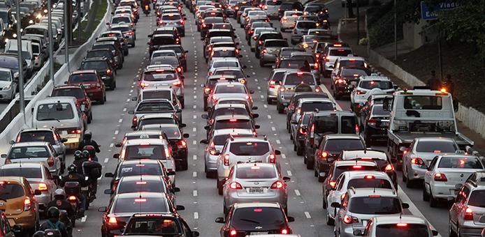 São Paulo- SP, Trânsito lento nos dois sentidos da avenida 23 de maio. A prefeitura suspendeu o rodízio de veículos no período da tarde