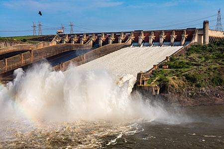 Seis das 14 comportas do vertedouro da Usina de Itaipu, em Foz do Iguaçu, no Paraná, estão abertas para escoar o excesso de água, causado pelo grande volume de chuvas dos últimos dias na região Sul. No domingo (18), a vazão chegou a 4,5 milhões de litros de água por segundo – quantidade equivalente a três Cataratas do Iguaçu.