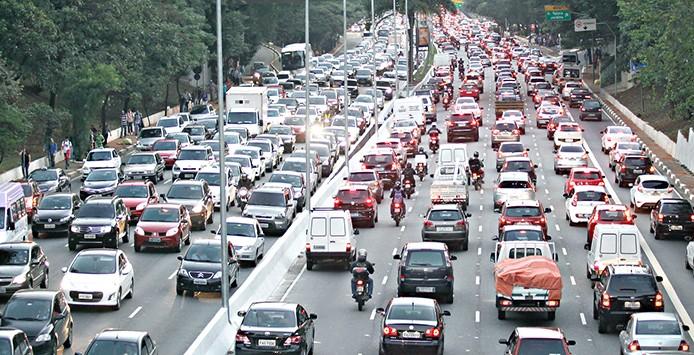 São Paulo- SP, 20/05/2014- Trânsito lento nos dois sentidos da avenida 23 de maio. A prefeitura suspendeu o rodízio de veículos no período da tarde de hoje (20/05), por conta da greve dos motoristas e cobradores que começou hoje.