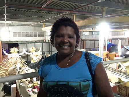 Rio de Janeiro - Suely faz adereços no ateliê do barracão da Unidos de Vila Isabel e está confiante na vitória da escola do coração (Cristina Indio do Brasil/Agência Brasil)