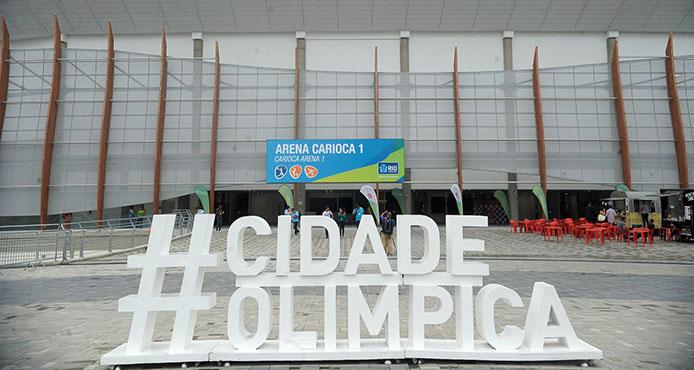 Rio de Janeiro - Diante da seleção feminina de basquete, o prefeito Eduardo Paes inaugura a Arena Carioca 1 e entrega a chave ao presidente do Comitê Organizador dos Jogos,Carlos Arthur Nuzman (Tânia Rêgo/Agência Brasil)