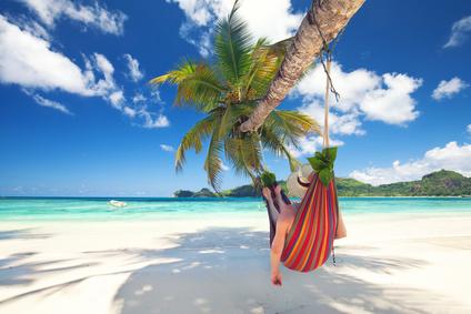 Frau liegt in der Hngematte am Strand