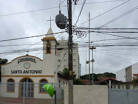 Kirche mit Magafon und Stromchaos