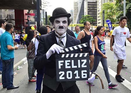 São Paulo - Milhares de pessoas, entre corredores profissionais e atletas amadores, participam da 91ª edição da Corrida Internacional de São Silvestre (Rovena Rosa/Agência Brasil)