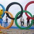 Selfiepoint am Strand der Copacabana: Olympiaringe aus Recyclingmaterial und Sandburgen