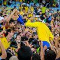 Neymars Bad in der Menge - Foto: Ministério do Esporte