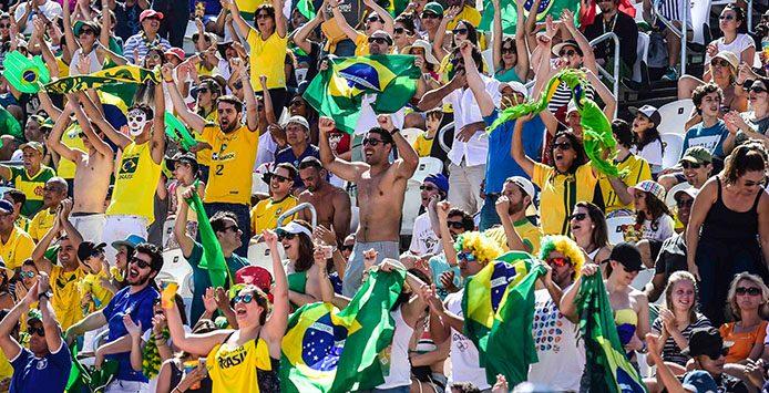Zuschauer aan einem Beachvolleyball Spiel an der Copacabana - Foto: Celio Messias / Inovafoto
