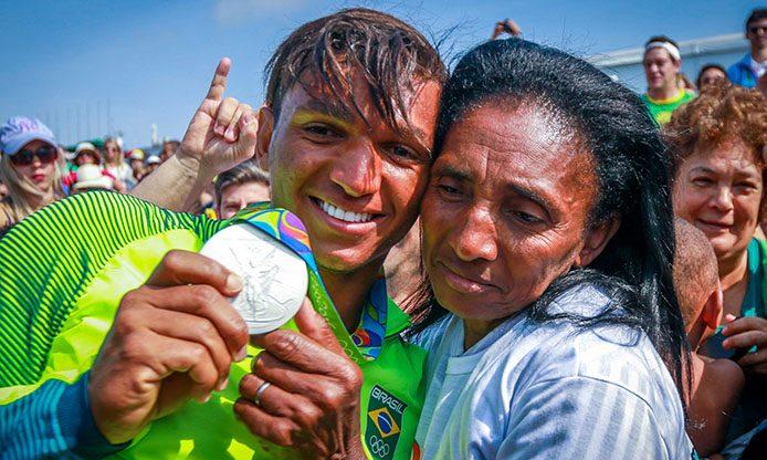 der 3-fache Medaillengewinner Isaquias Queiroz mit seiner Mutter - Foto: Brasil2016
