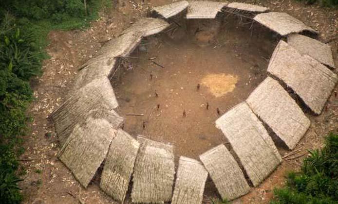 Ein Yano (Gemeinschaftshaus) unkontaktierter Yanomami im brasilianischen Amazonasgebiet, Luftaufnahme von 2016 - Foto: Guilherme Gnipper Trevisan/Hutukara