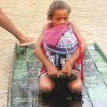 Achtjährige rettet Bücher vor Überschwemmung