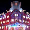 Weihnachtliches Curitiba: Singen in den Fenstern des Palastes